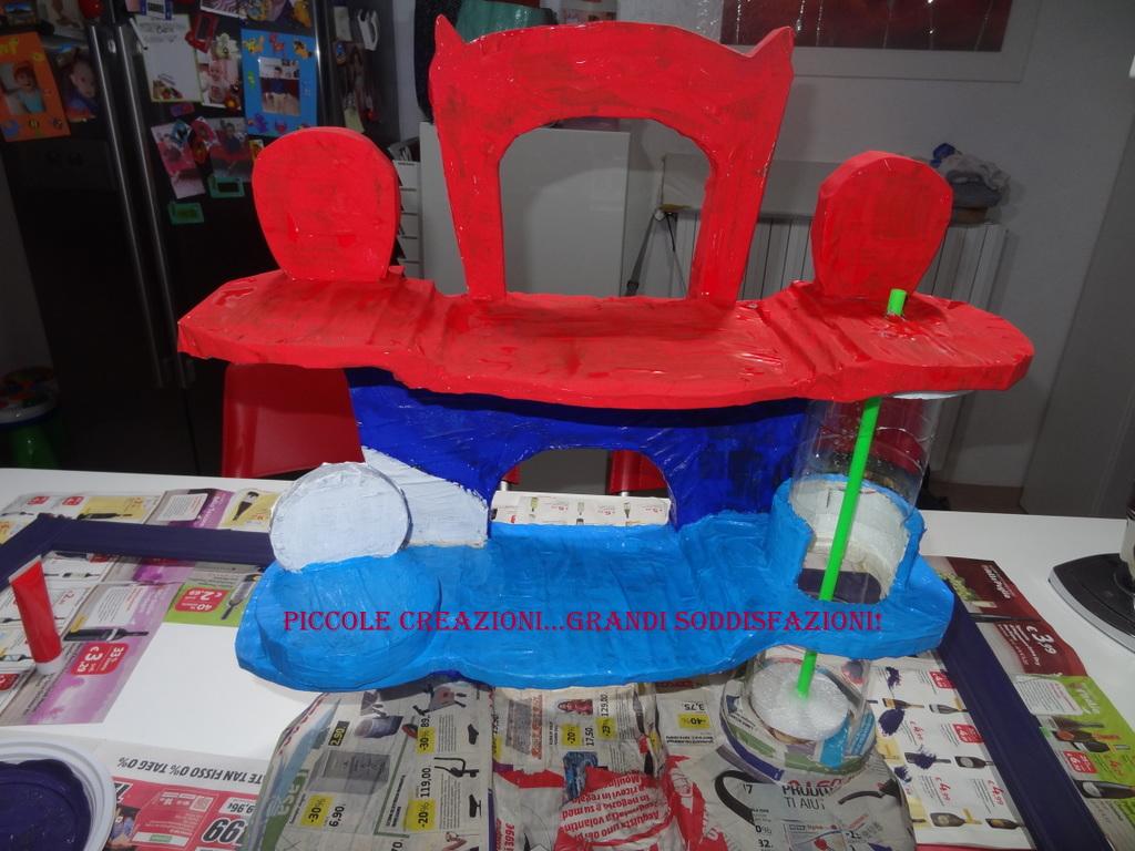 Quartier generale dei Pj Masks con materiale di riciclo
