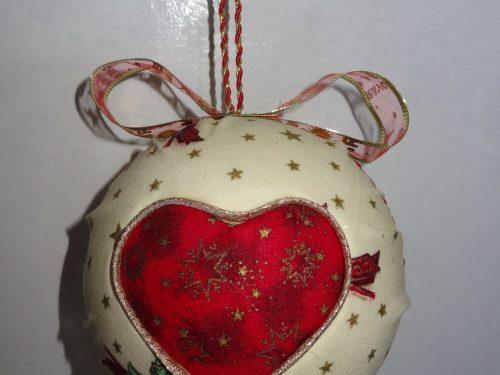Palla di Natale col patchwork col cuore intagliato