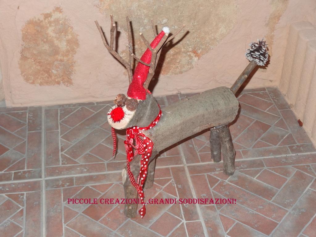 Renna natalizia con i tronchi degli alberi