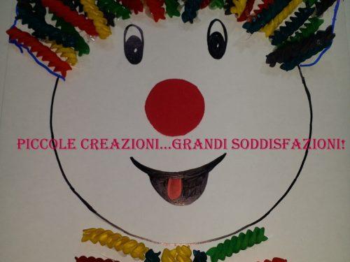 Pagliaccio di Carnevale con pasta colorata