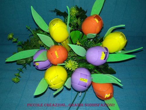 Mazzo di tulipani con cucchiai di plastica