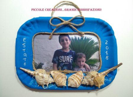 Cornice estiva con conchiglie e vassoio di cartone