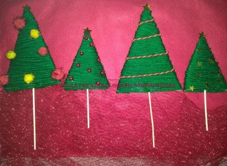 Alberelli di triangoli di cartone e lana