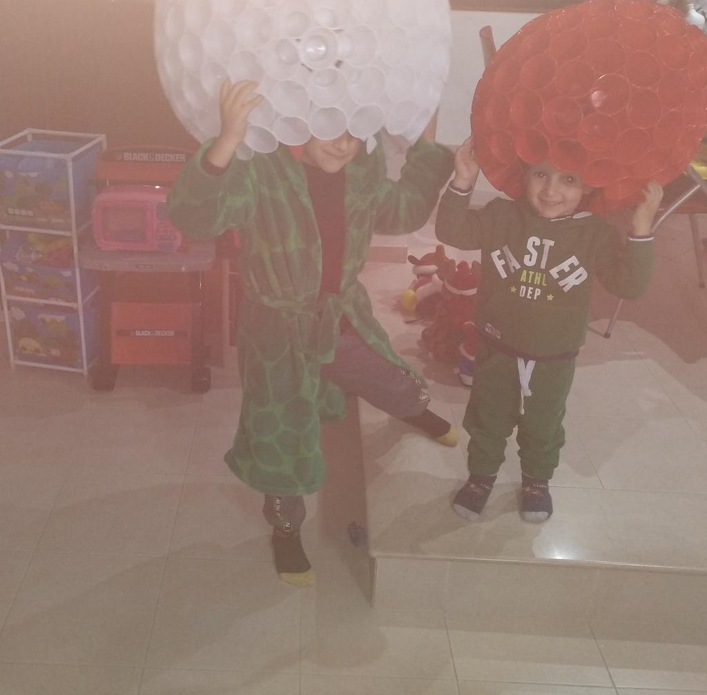 Babbo Natale e pupazzo di neve con bicchieri di plastica