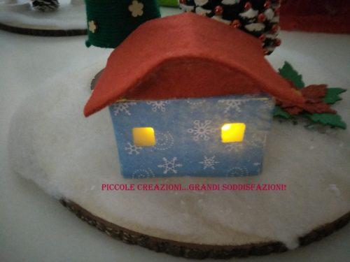 Casetta natalizia illuminata con scatola dei cotton fioc