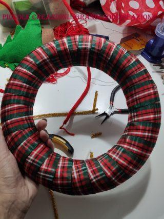 Ghirlanda di Natale rivestita con nastrino
