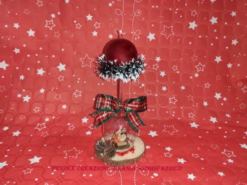 Centrotavola natalizio con calice capovolto