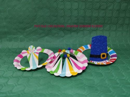 Coroncine e cappellini con piatti di carta