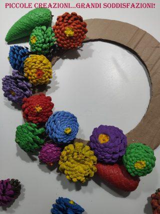 Ghirlanda di fiori di pigne